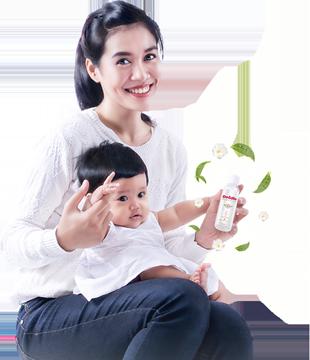 ibu dan bayi menggunakan minyak telon green tea