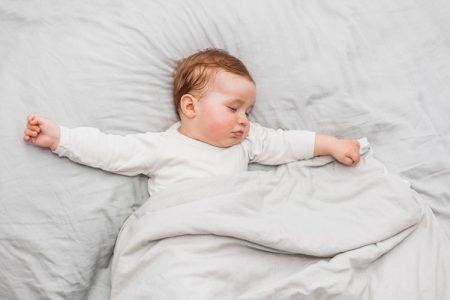 Wajib Tau!! Pedoman Melatih Bayi Tidur Sendiri